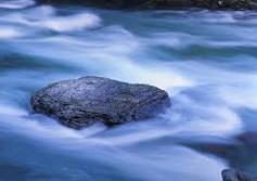 камень в потоке